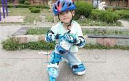 四岁宝宝第一次玩轮滑,穿上鞋就能直接走了