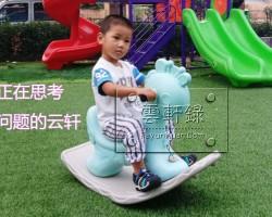 幼儿园里玩摇摇马(云轩宝宝表情包)
