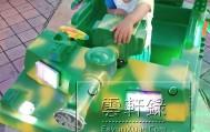 宝宝在公园里玩各种仿真玩具车(手扶拖拉机、挖掘机、坦克模型)