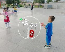 和邻居家小姑娘在广场玩手拉球