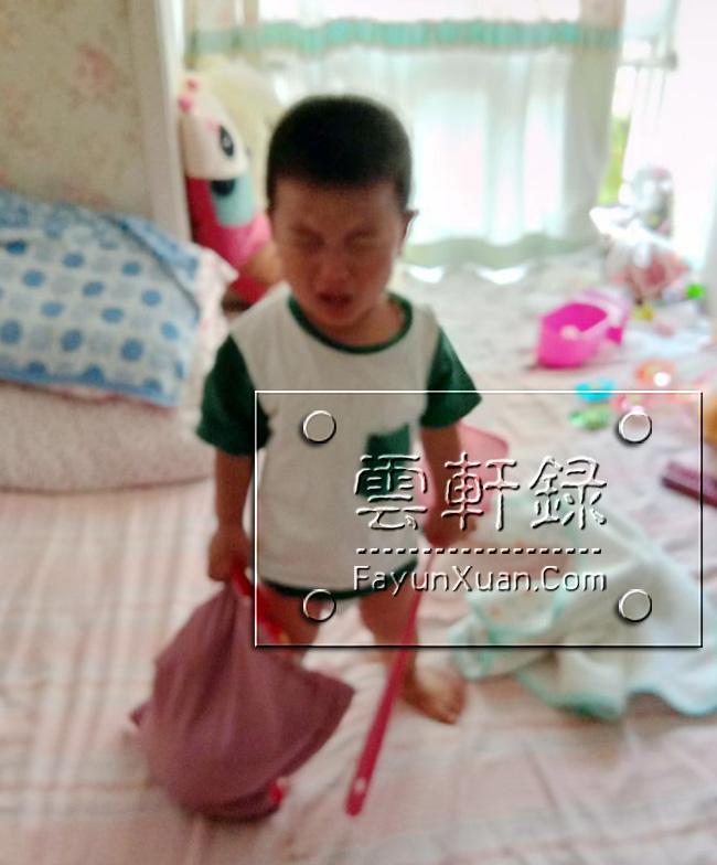 宝宝睡醒看不到大人就哭着自己下床是怎么回事.jpg