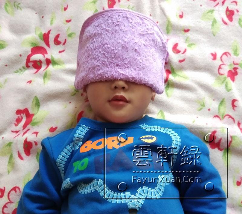 上幼儿园第一天眼睛哭肿了做冷敷.jpg