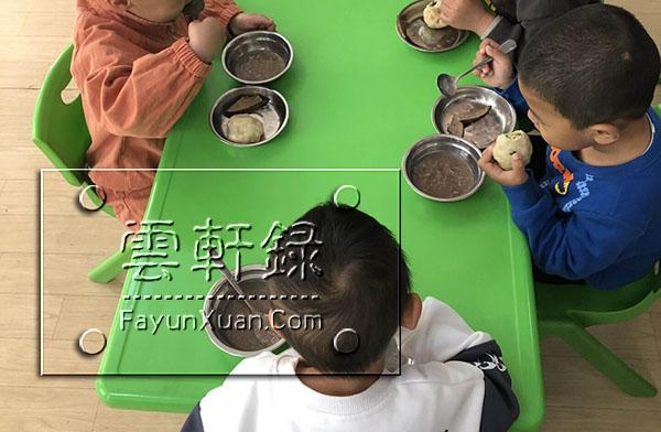 云轩宝宝入园第二天日常生活记录早餐吃猪肝咯(小班).jpg