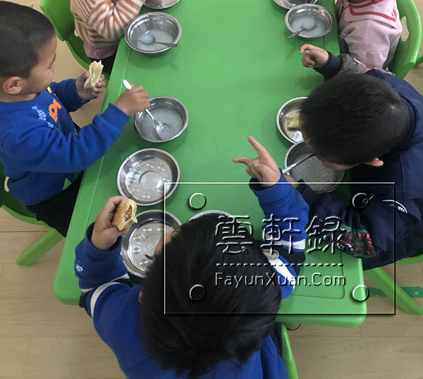 云轩宝宝入园第三天日常生活记录下午加餐.jpg