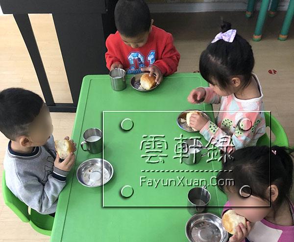 云轩宝宝入园第五天日常生活记录下午加餐(小班).jpg