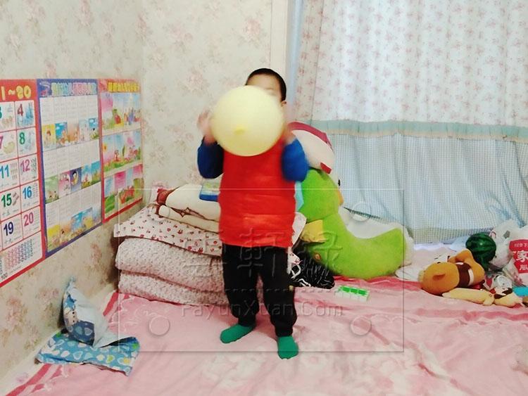 在家和云轩玩拍气球,见证宝宝成长瞬间