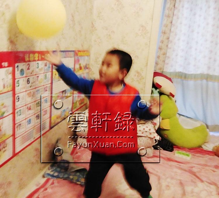 在家和云轩玩拍气球,记录宝宝成长瞬间 (2).jpg