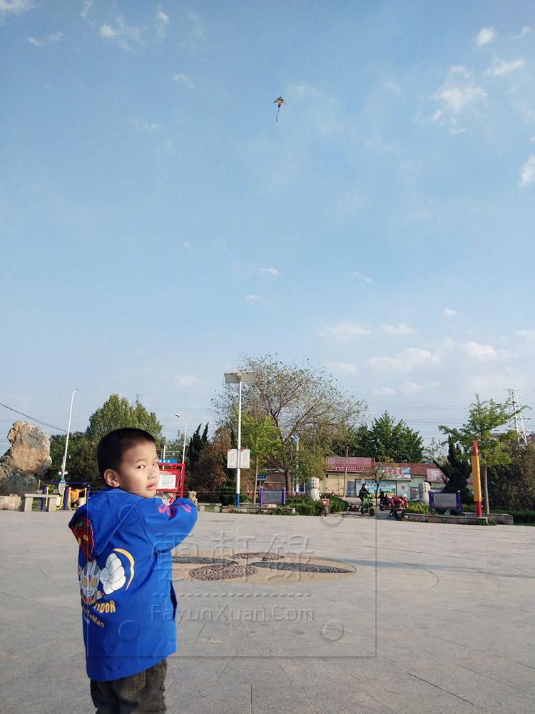五一假期和宝宝去小广场放风筝一.jpg