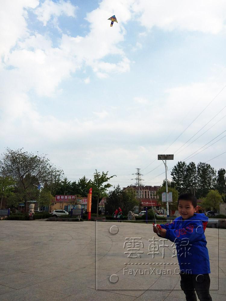 五一假期和宝宝去小广场放风筝二.jpg