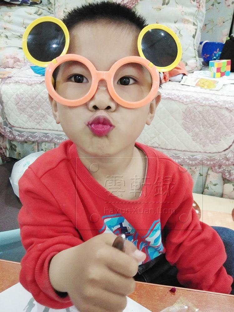 宝宝开心吃火龙果吃到嘴唇像涂了口红.jpg