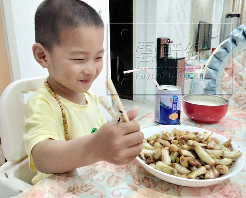 云轩宝宝学会用筷子了