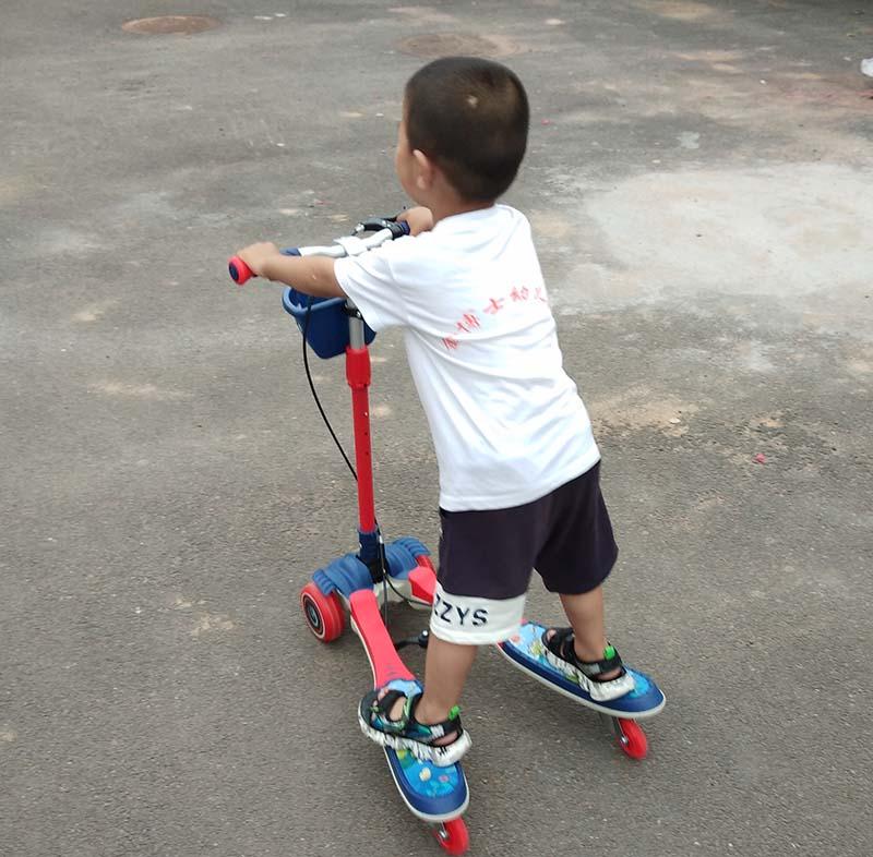 玩四轮蛙式滑板车照片