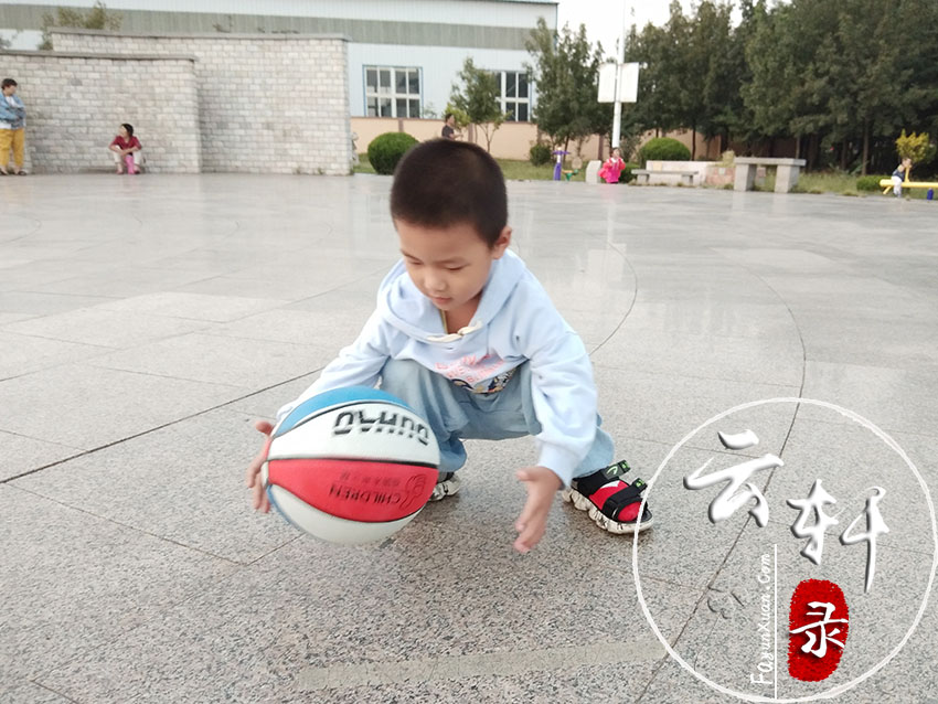怎么教4岁孩子拍篮球(方法一定要正确) (4).jpg