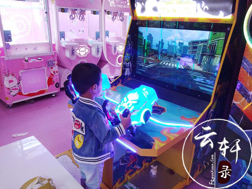 四岁的男孩喜欢玩电玩是否有点太早了?.jpg
