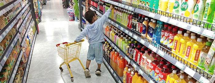 小孩子超喜欢这家超市的儿童购物推车