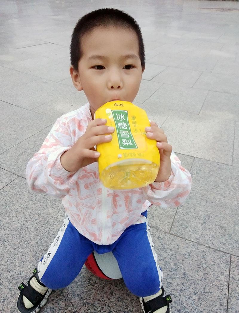 2021年10月4日带孩子户外玩篮球喝冰糖雪梨 (4).jpg