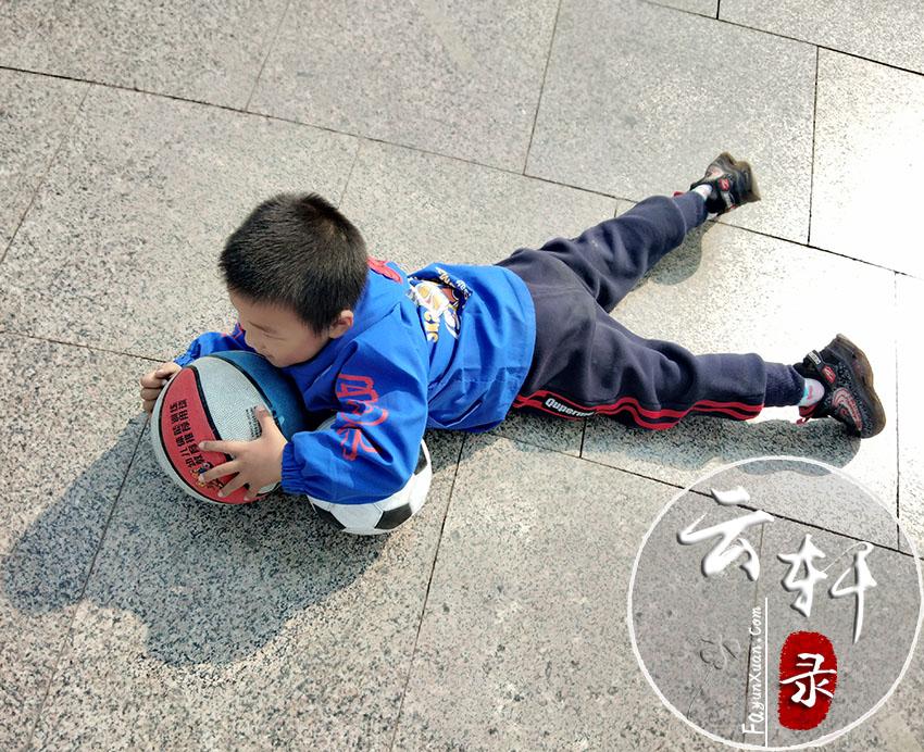 玩累了就趴在地上休息一会